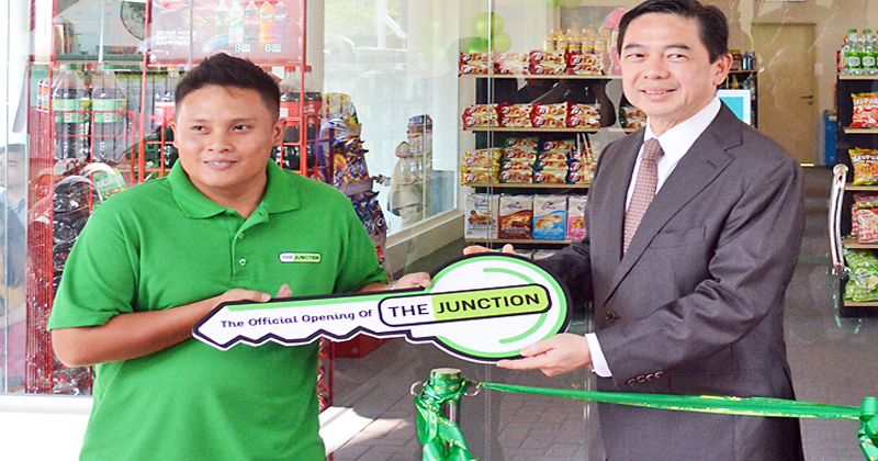Minister at the Prime Minister's Office and Minister of Finance and Economy II Dato Seri Setia Dr Awang Haji Mohd Amin Liew bin Abdullah presents a mock key to a The Junction franchisee.